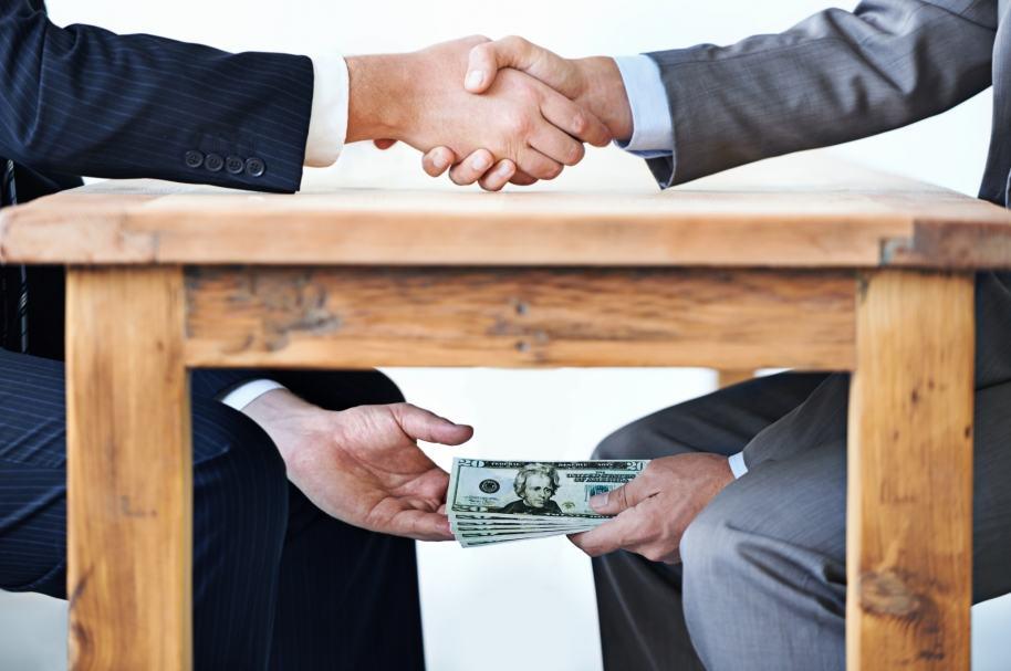 Dinero por debajo de la mesa