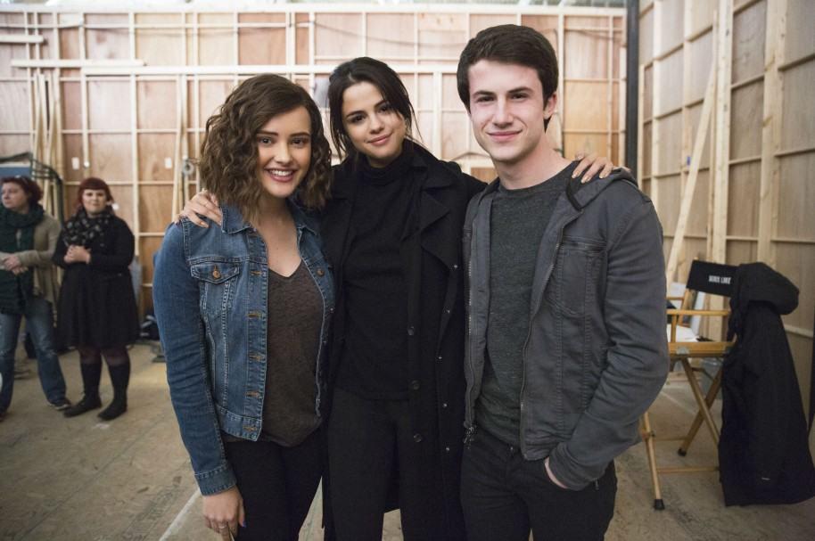 Katherine Langford, Selena Gomez y Dylan Minnette