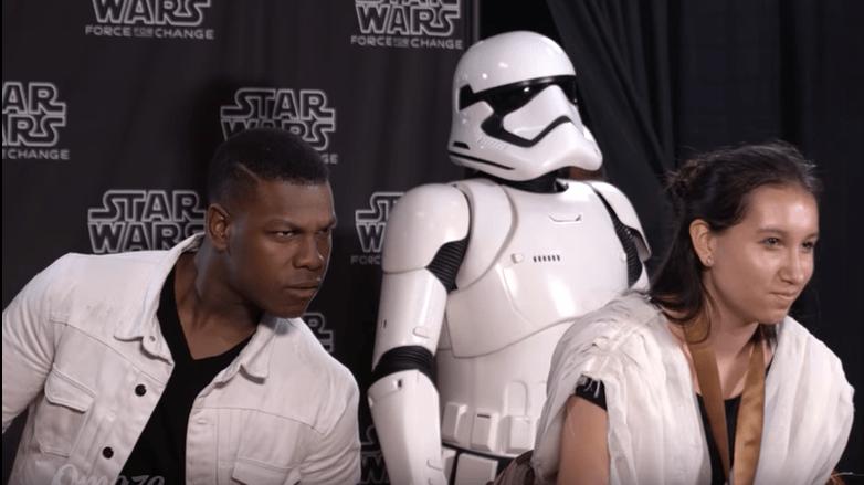 John Boyega y fanática de 'Star Wars'. Pulzo.com