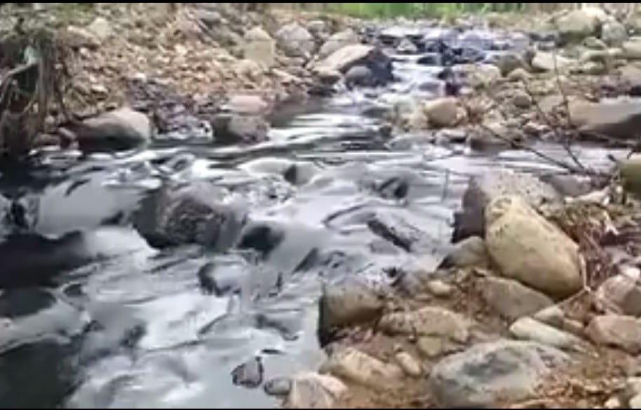 Quebrada contaminada por ataque terrorista a oleoducto