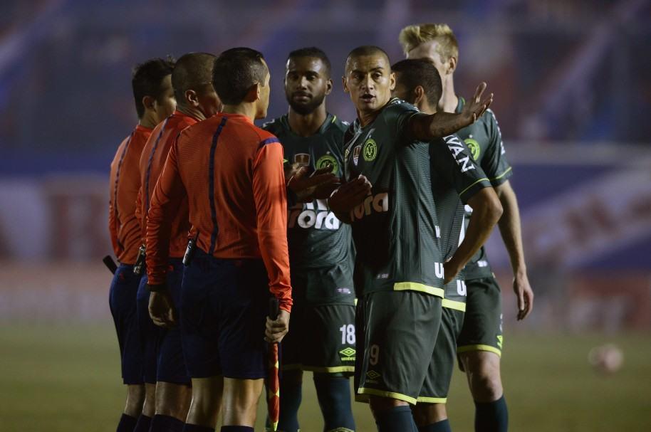 Chapecoense terminó con 9 jugadores en Montevideo