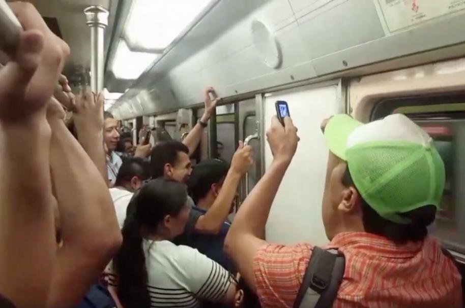 Pasajeros se lanzan del metro en México.