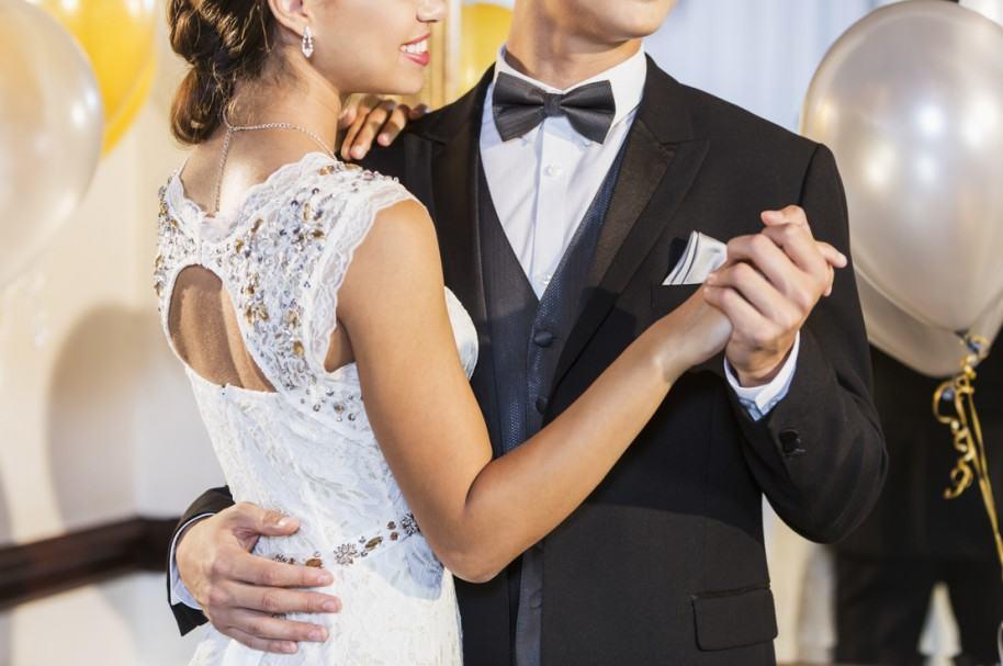 Pareja bailando en el prom. Pulzo.com