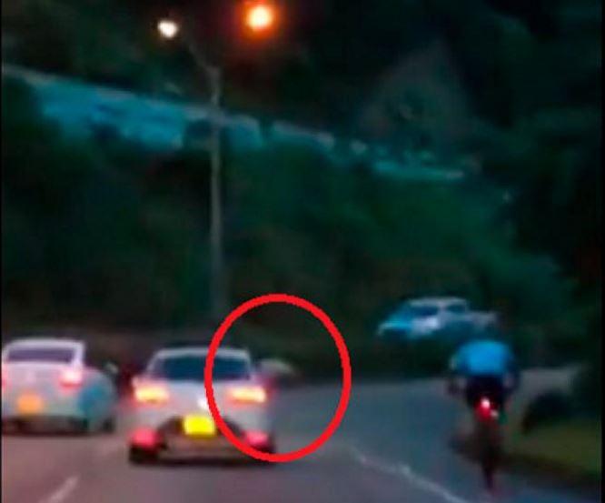Momento en el que le lanzan el objeto contundente al ciclista