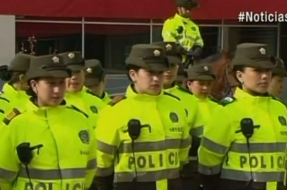 Policías de Soacha con cámaras en radioteléfonos.