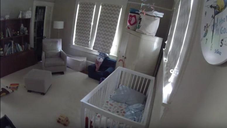 Niño asomado por ventana de su habitación. Pulzo.com
