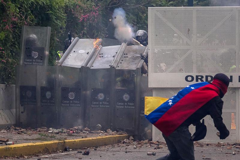 Estudiantes atacan a policías en Venezuela
