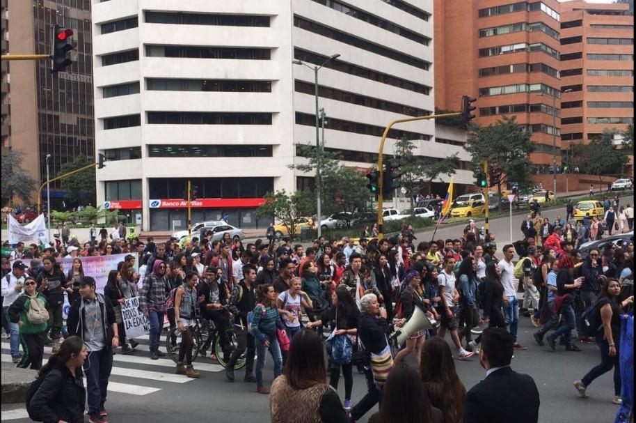 Marcha de estudiantes en la carrera Séptima