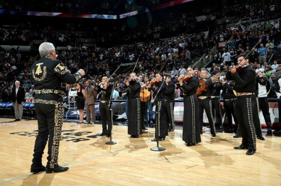 Mariachis cantan en juego de la NBA.