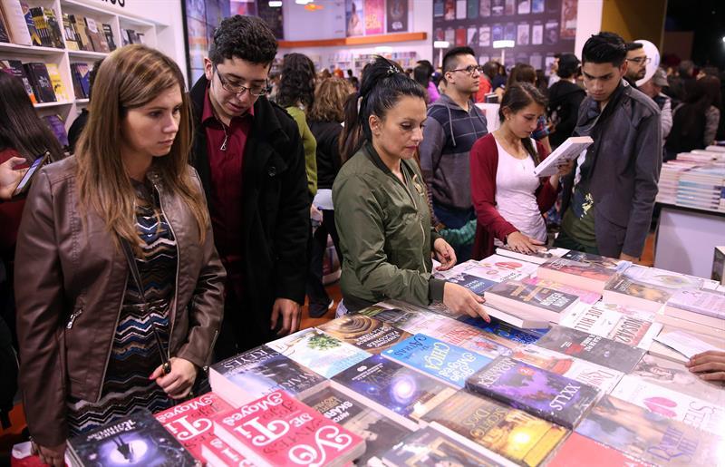 Jóvenes asistentes a la XXX Feria Internacional del Libro de Bogotá (Filbo) recorren los pabellones