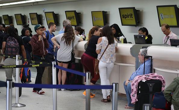 Pasajeros esperan en aeropuerto Fort Laudardale