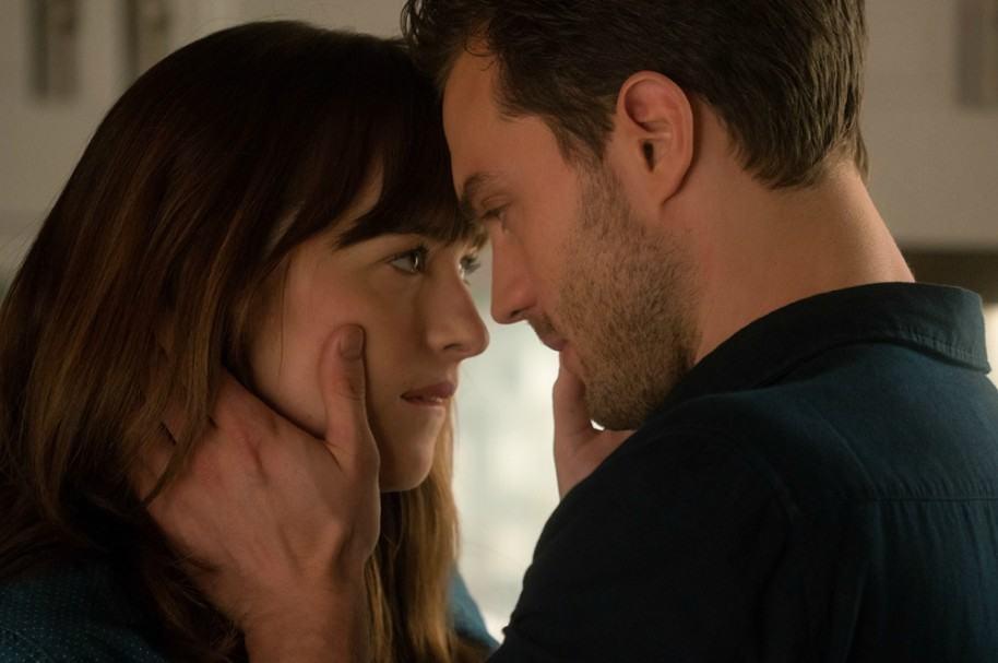 Anastasia Steele y Christian Grey en '50 sombras más oscuras'. Pulzo.com