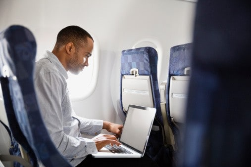 Computador portátil en avión