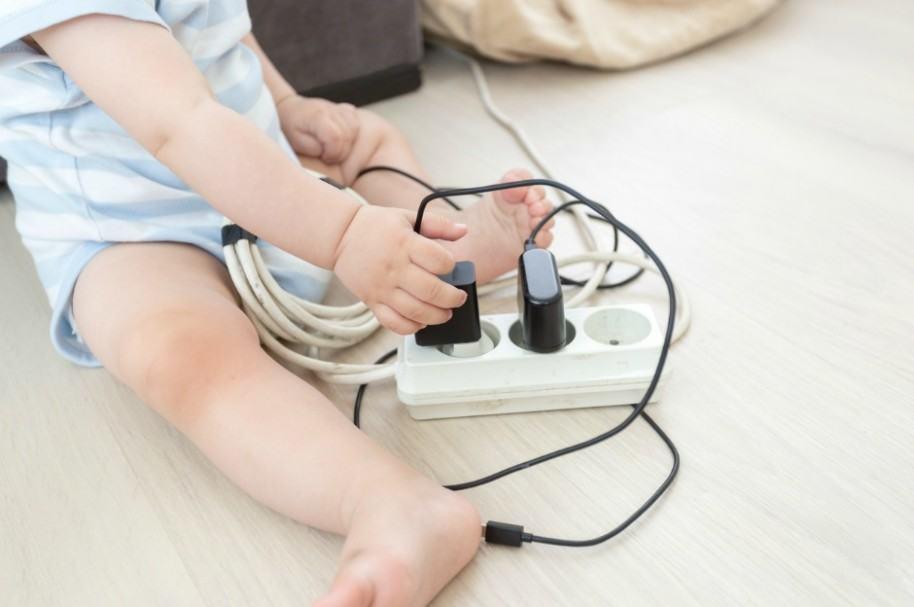 Bebé electrocutado.