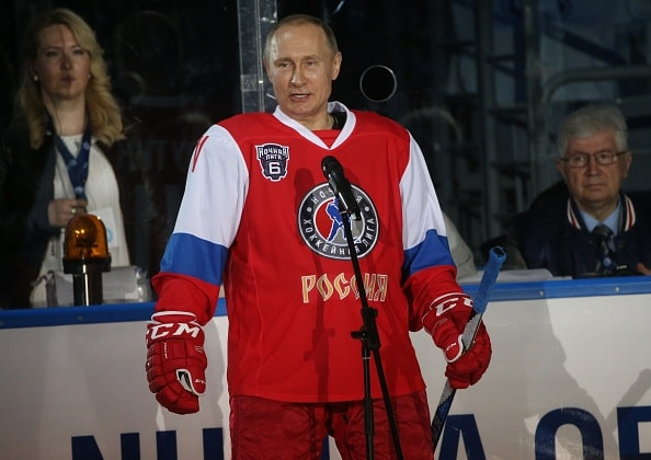 Vladimir Putin con traje de hockey