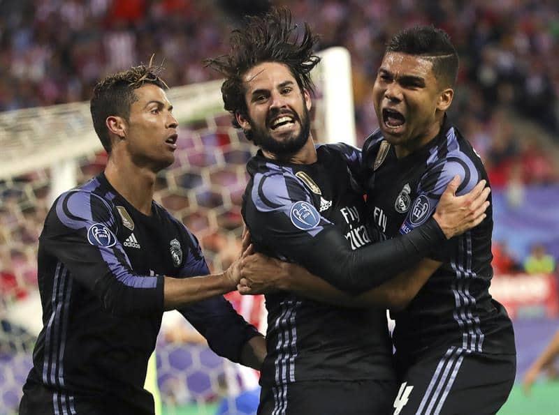 El centrocampista del Real Madrid Isco Alarcón (c) celebra con Cristiano Ronaldo (i) y con Casemiro su gol