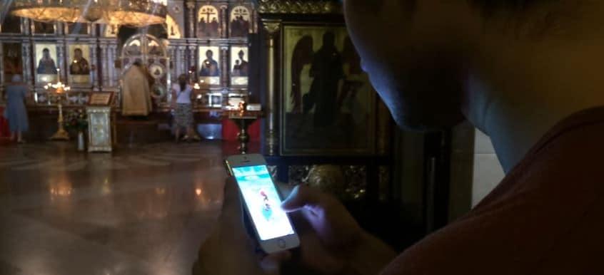 Jugando 'Pokemón GO' en iglesia