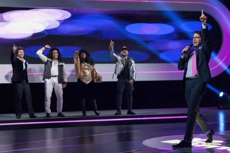 Imitadores de Joan Sebastian, Sergio Vargas, Amanda Miguel y Maluma junto al presentador de 'Yo me llamo', Ernesto Calzadilla.