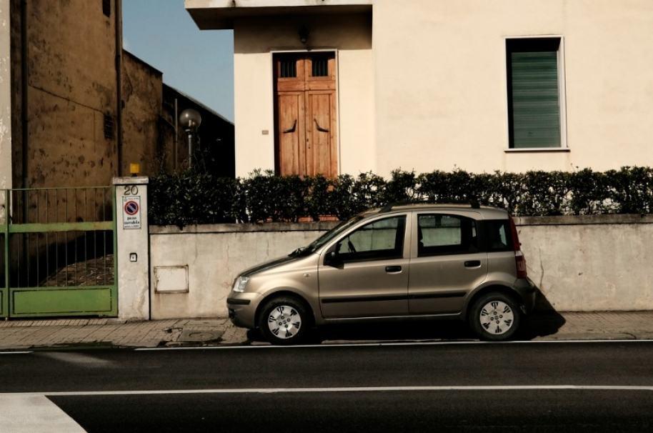 Carro estacionado en una acera. Pulzo.com