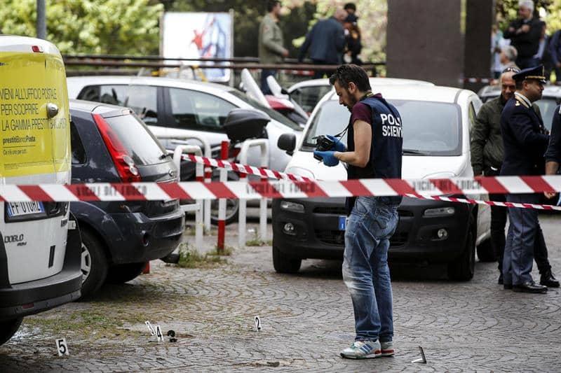 Agentes de la policía italiana participan en una invesigación tras una pequeña explosión