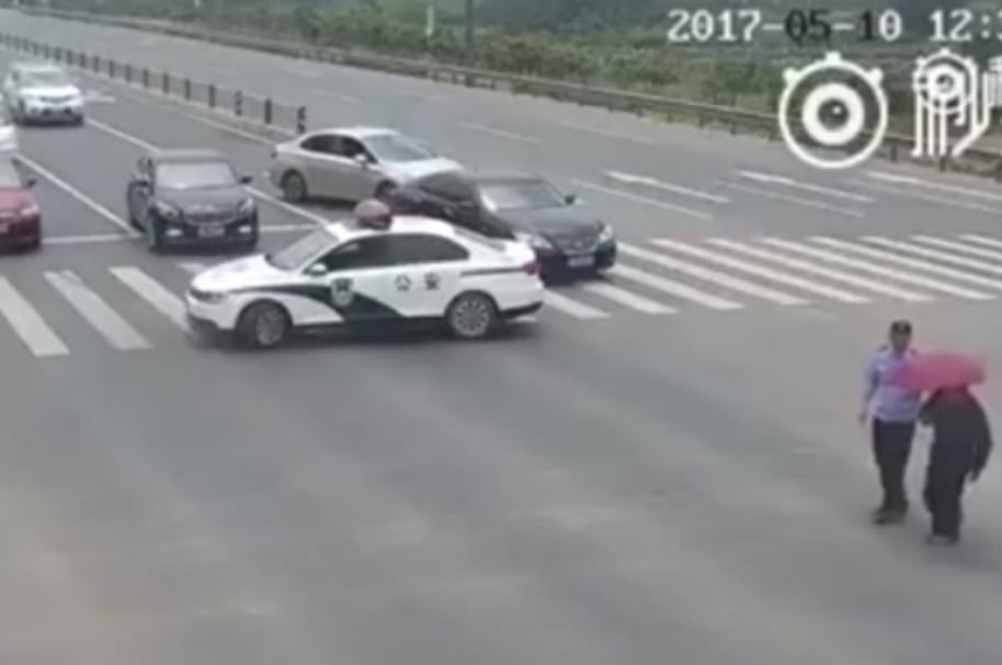Policía ayuda a anciano.
