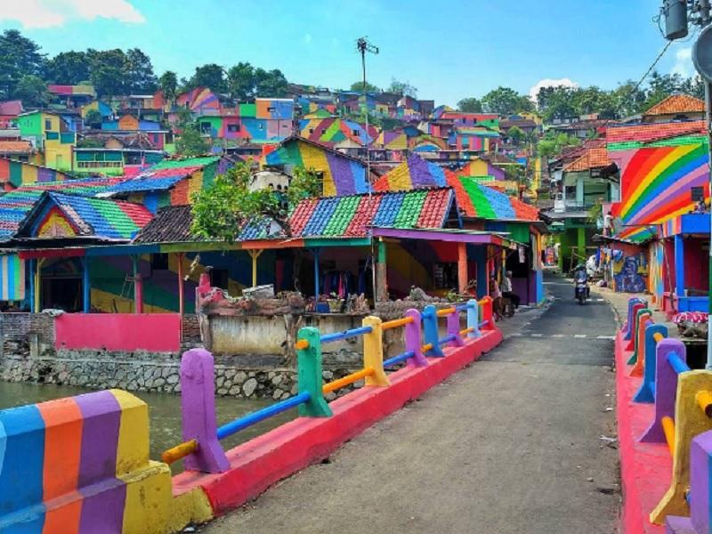 pueblo de indonesia pintado de colores