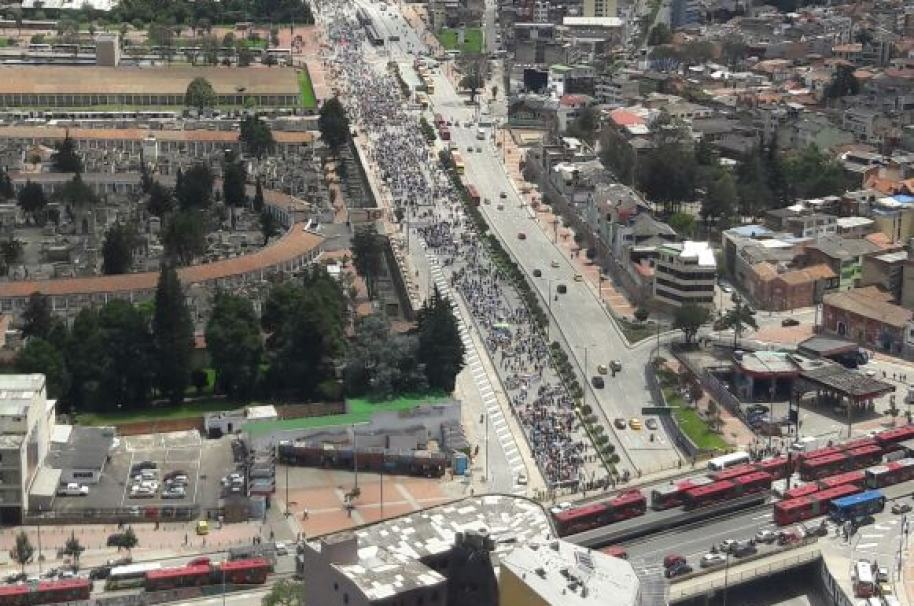 Marcha de trabajadores estatales en la calle 26