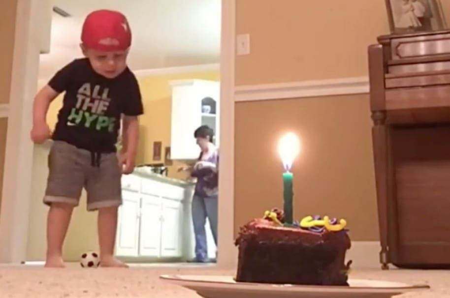 Niño apaga vela de ponqué con un balón de juguete. Pulzo.com
