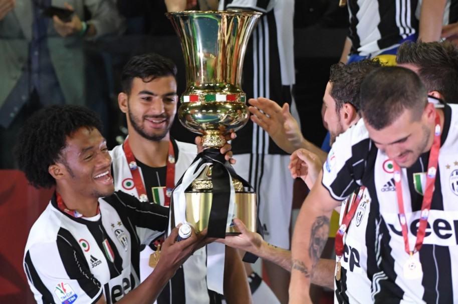 Cuadrado alza la Copa Italia