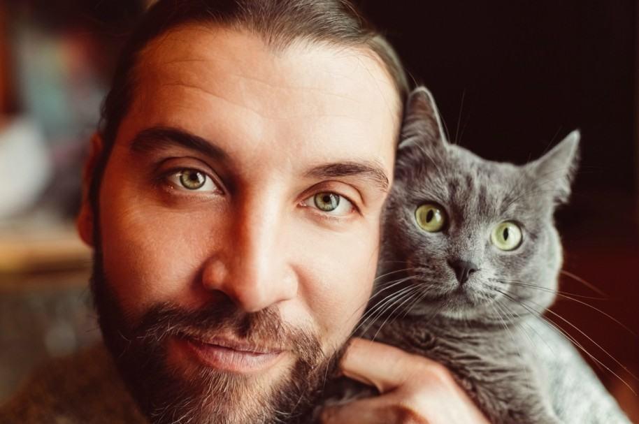 Un hombre y su gato. Pulzo.com