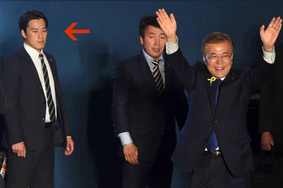 El escolta Choi Young-Jae, otro guardaespaldas, y el presidente de Corea del Sur, Moon Jae-In.