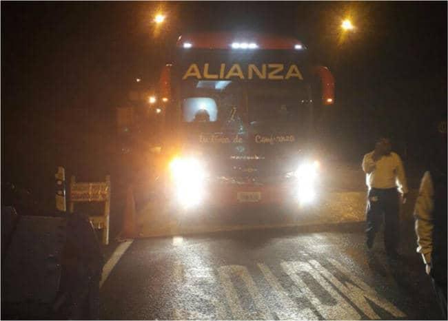 Bus intermunicipal atracado en vía al llano