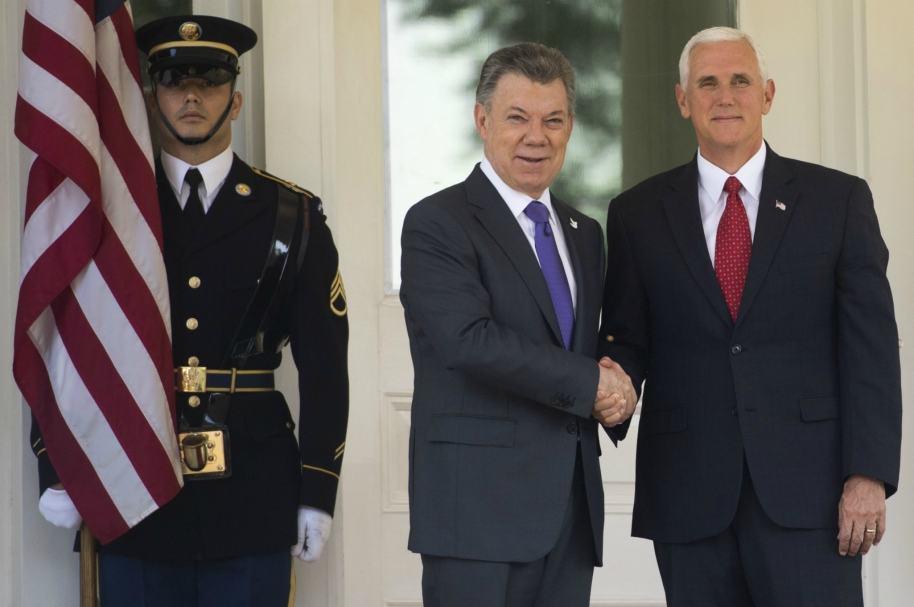 Mike Pence y Juan Manuel Santos