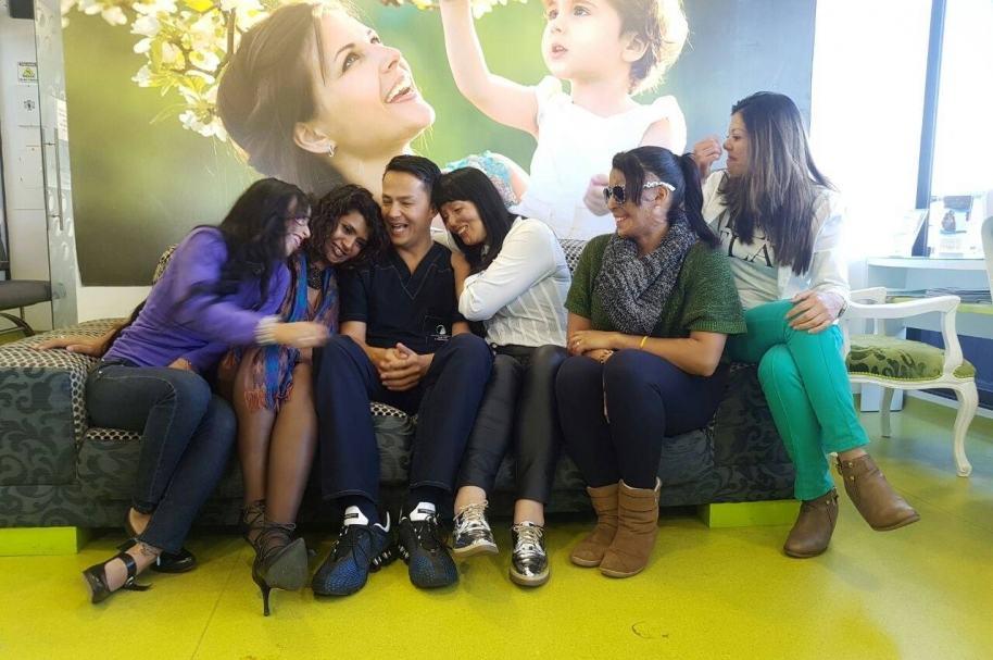 El cirujano Alan González acompañado por Erika Vanegas, Gina Potes, Patricia Espitia, Ángela Borda y Alejandra Ochoa. Pulzo.com