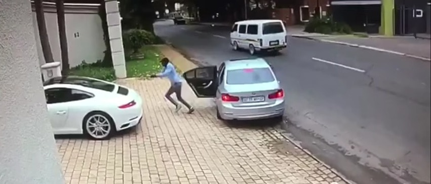 Hombre armado intenta robar Porsche, en Sudáfrica. Pulzo.com