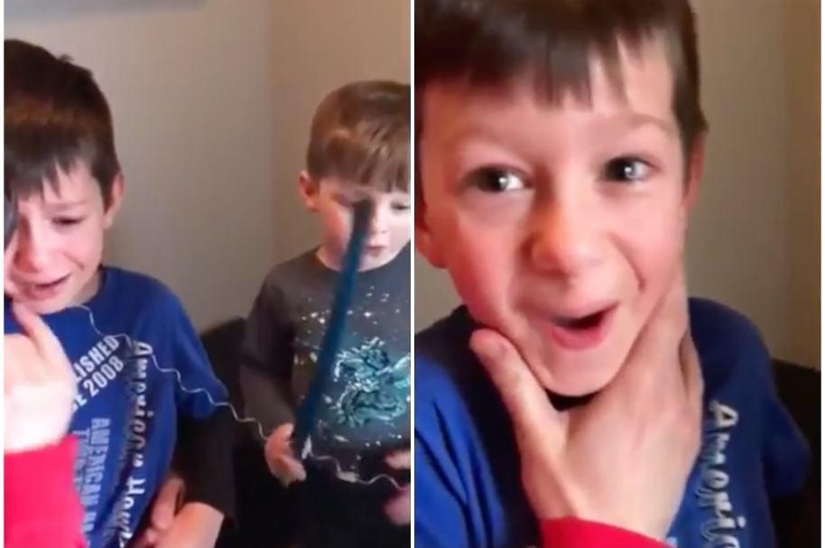 Niño le quita diente a su hermano mayor.