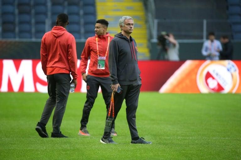 Jose Mourinho y su equipo en el estadio de Suecia
