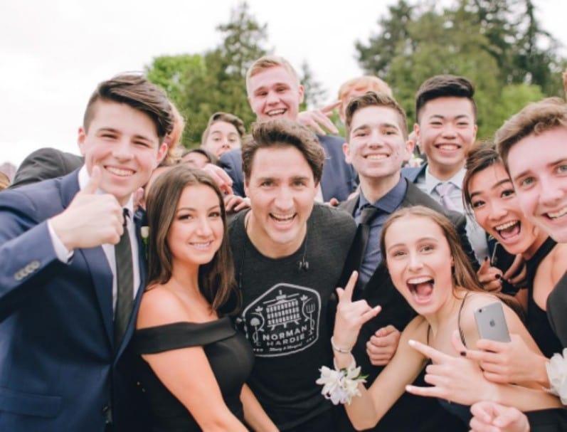 Justin Trudeau y estudiantes que iban a prom. Pulzo.com