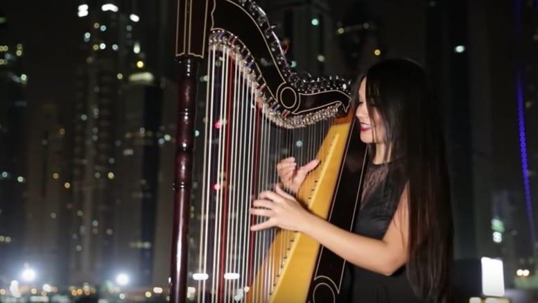 Luz Verón tocando 'Despacito' con un arpa paraguaya. Pulzo.com