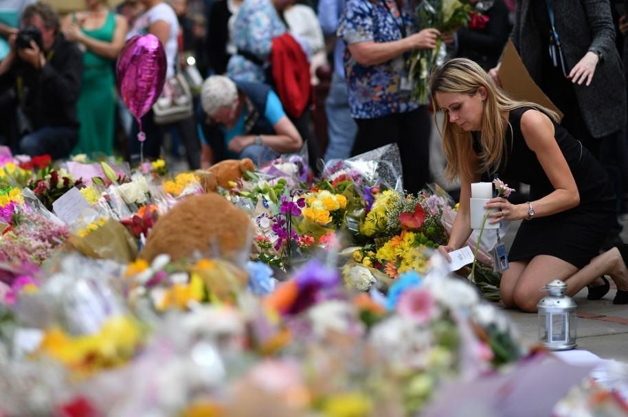 Personas rinden homenaje a víctimas de atentado en Manchester