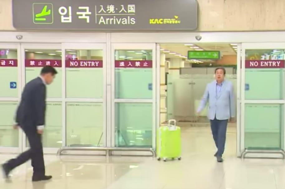 Político surcoreano arroja su maleta.