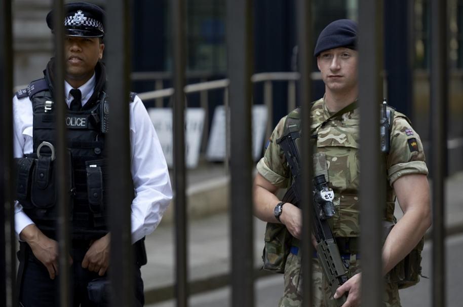Policía y soldado británocos