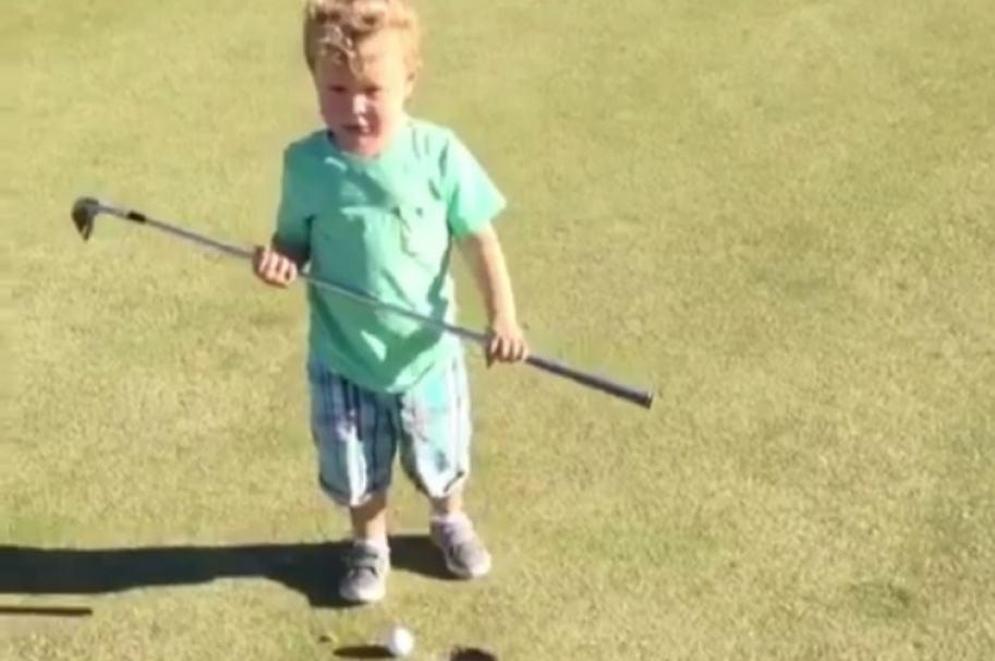 Niño jugando golf. Pulzo.com