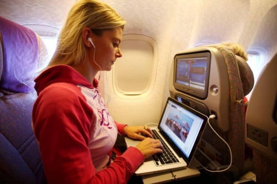Computador portátil en vuelo