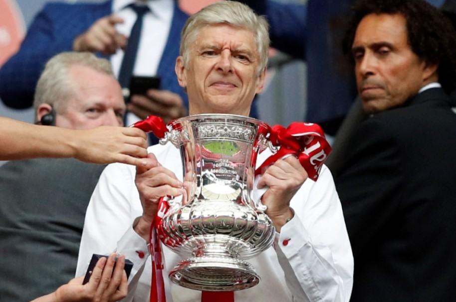 Arsene Wenger con el trofeo de la FA Cup