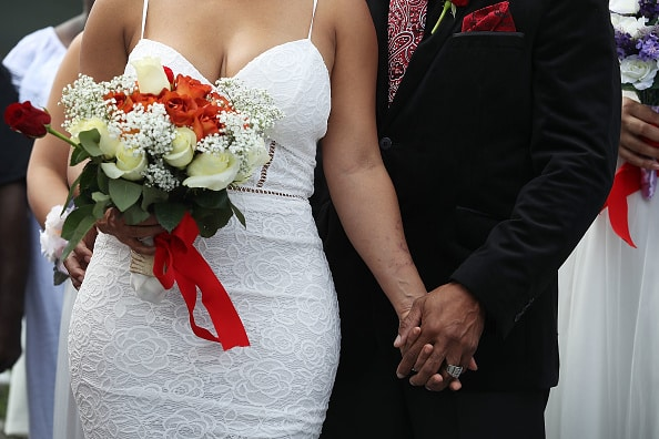 Pareja casándose. Pulzo.com