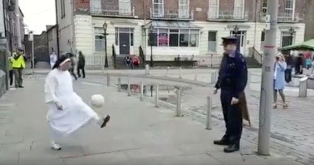 Monja y policía jugando fútbol. Pulzo.com