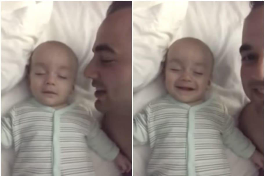 Bebé dormido sonríe.