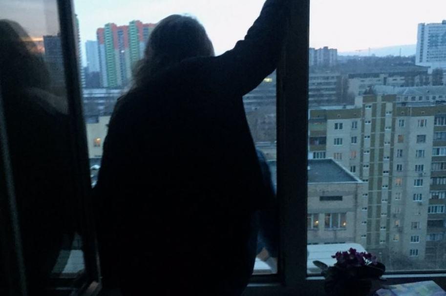 Niña asomada a una ventana