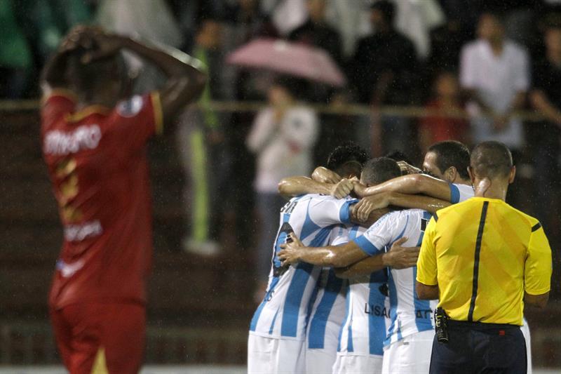 Los jugadores de Racing Club de Argentina celebra un gol contra Rionegro Águilas